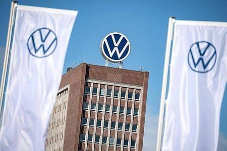 Das VW-Verwaltungshochhaus auf dem Konzerngelände in Wolfsburg. Foto: Sina Schuldt/dpa