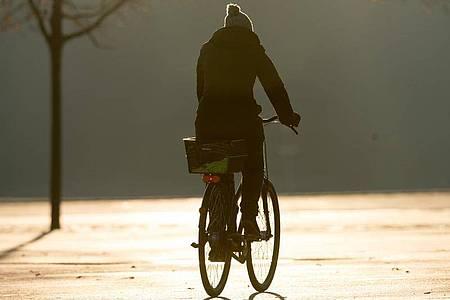 Menschen mit Depressionen sollten sich während der Coronakrise auch öfters draußen bewegen. Foto: Tobias Hase/dpa-tmn