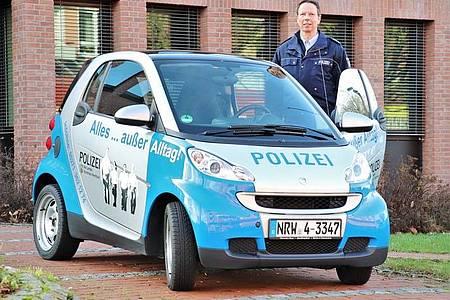 Polizeihauptkommissar Markus Simon berät Interessierte in Bad Driburg.
