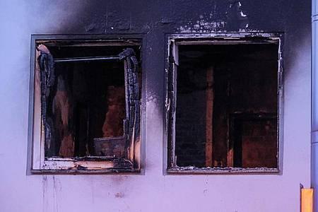 Fenster wurden durch den Druck der Explosion zerstört. Foto: Clemens Heidrich/dpa