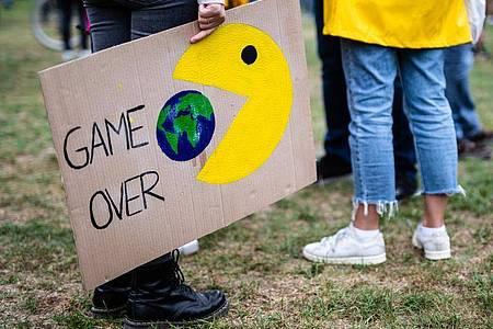 Protest der Klimaschutzbewegung Fridays for Future. Im Pariser Klimaabkommen hatte sich die Weltgemeinschaft verpflichtet, die Erwärmung der Erde bei unter zwei Grad und möglichst bei nur 1,5 Grad zu stoppen. Foto: Christoph Schmidt/dpa