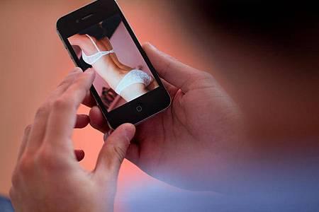 Nach Angaben des bayerischen Landeskriminalamts ist die Verbreitung von Kinderpornografie unter Jugendliche ein zunehmendes Problem. Foto: picture alliance / Julian Stratenschulte/dpa