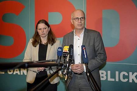 Melanie Leonhard (SPD), Landesvorsitzende ihrer Partei und Peter Tschentscher (SPD), Hamburgs Erster Bürgermeister, beantworten nach einem Treffen des Hamburgers SPD-Vorstands Fragen von Journalisten. Foto: Axel Heimken/dpa