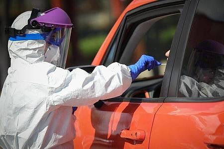 Im alten Militärkrankenhaus in Sevilla werden Coronavirus-Tests durchgeführt. Foto: María José López/Europa Press/dpa