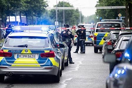 Mehrere Einsatzfahrzeuge der Polizei sichern den Tatort. Foto: Matthias Balk/dpa