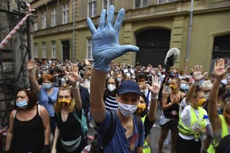 Studenten der Universität für Theater- und Filmkunst (SZFE) demonstrieren in Budapest für den Erhalt der Universitätsautonomie. Foto: Marton Monus/MTI/AP/dpa