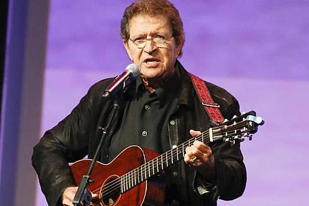 Mac Davis, Singer-Songwriter aus den USA, tritt bei den Texas Film Awards auf. Der Country-Musiker ist Berichten zufolge gestorben. Foto: Jack Plunkett/Invision/AP/dpa