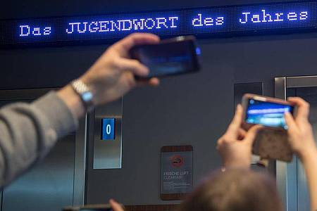 Das «Jugendwort des Jahres» will der Pons-Verlag heute verkünden. Foto: Peter Kneffel/dpa/Archiv