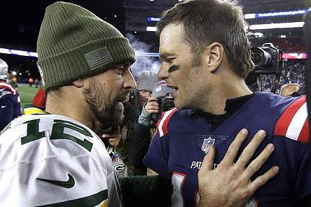 Tom Brady (r) trifft auf Aaron Rodgers. Foto: Steven Senne/AP/dpa
