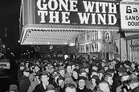 Dicht gedrängt stehen 1939 Menschen vor dem Astor-Theater am Broadway in New York, um die Premiere des Films «Vom Winde verweht» zu sehen. Foto: AP/dpa