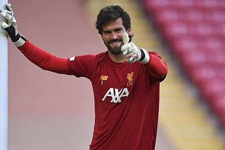 Liverpool-Keeper Alisson schwärmt von Trainer Klopp. Foto: Paul Ellis/Pool AFP via AP/dpa