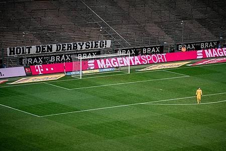 Einzig ein Plakat hinter dem dem Tor von Gladbach-Keeper Yann Sommer schafft ein wenig Derbyatmosphäre. Foto: Fabian Strauch/dpa