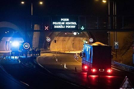 Polizisten stehen vor einem Tunnel auf der Autobahn D8 Dresden - Prag. Tschechien schließt seine Grenzen weitgehend für Ausländer aus mehreren europäischen Ländern. Foto: Sebastian Kahnert/dpa-Zentralbild/dpa