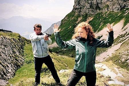 Der Rechtsanwalt Klaus Burg (Hans Sigl) und die Bergführerin Maja Wendt (Marleen Lohse) im Thriller «Flucht durchs Höllental». Foto: Bernd Schuller/ZDF/dpa