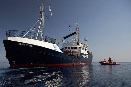 Das Seenotrettungsschiff «Alan Kurdi» im Mittelmeer. Das Schiff der Seenotretter-Organisation Sea-Eye darf vorerst nicht mehr aus dem Hafen in Olbia auf Sardinien auslaufen. Foto: Fabian Heinz/Sea-Eye/dpa