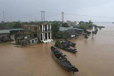 Mehrere Häuser des Dorfes Quang Tri stehen unter Wasser. Bei anhaltendem Regen und schweren Überflutungen in Vietnam sindzahlreiche Menschen ums Leben gekommen. Foto: Ho Cau/VNA/AP/dpa