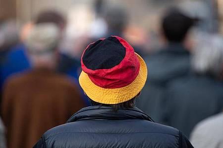 Teilnehmer stehen bei einer Kundgebung der islam- und ausländerfeindlichen Pegida-Bewegung auf dem Neumarkt in Dresden. Foto: Sebastian Kahnert/dpa-Zentralbild/dpa