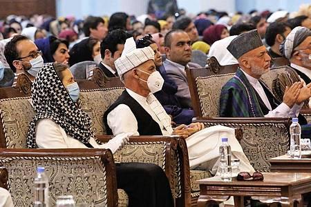 Der afghanische Präsident Aschraf Ghani (2.v.l) trägt einen Mundschutz, in der großen Ratsversammlung, der Loya Jirga. Foto: Uncredited/AP/dpa