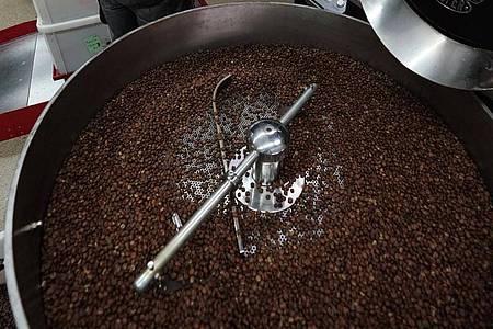 Auf dem Weg zum perfekten Geschmack: Ein Trommelröster in der Kaffeerösterei Supremo in Unterhaching. Foto: Supremo/dpa-tmn