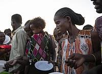 Menschen, die vor dem Konflikt in der äthiopischen Region Tigray geflohen sind, warten auf gekochten Reis in dem sudanesischen Flüchtlingslager Um Rakuba. Foto: Nariman El-Mofty/AP/dpa