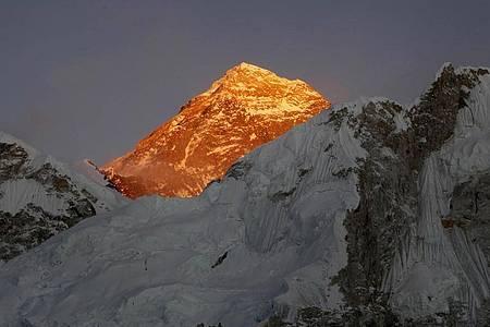 Blick auf den Mount Everest, aufgenommen vom Kala Patthar (Nepal) aus. Foto: Tashi Sherpa/AP/dpa