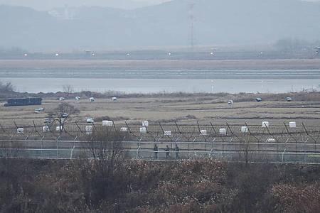 Soldaten der südkoreanischen Armee patrouillieren entlang eines Stacheldrahtzauns an der Grenze zu Nordkorea. Foto: Ahn Young-Joon/AP/dpa/Archiv