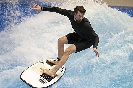 Erfahrene Surfer wie Matthias können auf der stehenden Welle im Berliner Wellenwerk halsbrecherische Manöver fahren. Foto: Florian Schuh/dpa-tmn