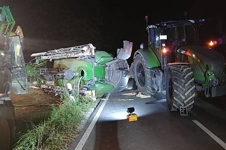Der Traktor mit dem umgekippten Spritzenanhänger.
