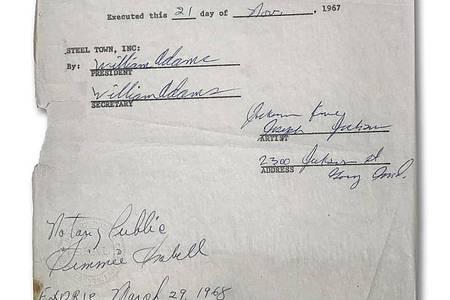 Der erste Plattenvertrag der Jackson Five, unterschrieben von Joe Jackson, dem Vater von Michael, aus dem Jahr 1968. Foto: -/Guernsey?s Auction House/dpa