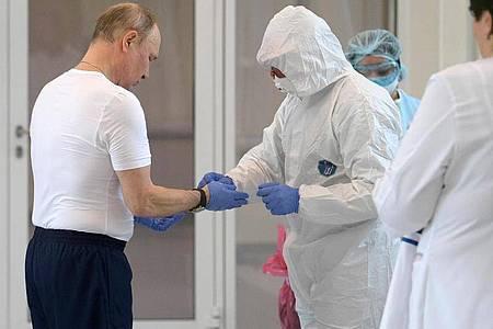 Russlands Präsident Wladimir Putin (l), beim Besuch des Krankenhauses für Coronavirus-Patienten in der Siedlung Kommunarka vor Moskau. Foto: Alexei Druzhinin/Pool Sputnik Kremlin/AP/dpa