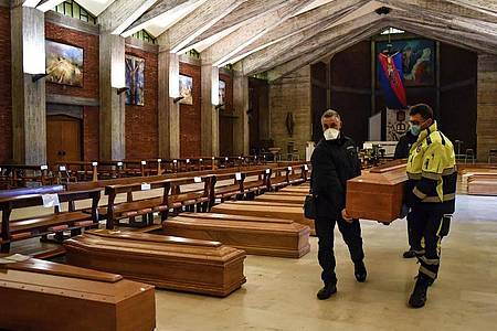 In der Kirche San Giuseppe in Seriate, einem der am schlimmsten vom Coronavirus betroffenen Gebiete in Italien, steht ein Sarg neben dem anderen. Foto: Claudio Furlan/LaPresse/dpa