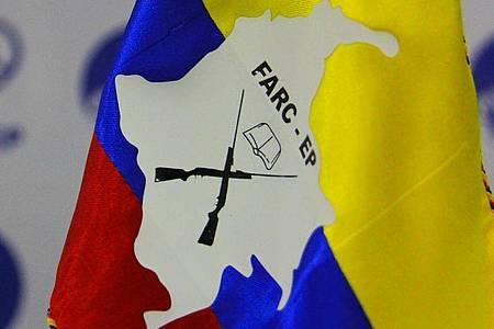 Eine kolumbianische Flagge gescmückt mit einem Logo der Rebellengruppe Farc. Foto: Álvaro Tavera/colprensa/dpa/Archiv
