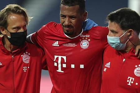 Bayern-Verteidiger Jérôme Boateng (M.) musste verletzt vom Platz. Foto: Miguel A. Lopes/Pool EPA/AP/dpa