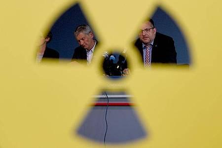 Wolfram König (l), Präsident des Bundesamtes für kerntechnische Entsorgungssicherheit, und Stefan Studt, Geschäftsführer der Bundesgesellschaft für Endlagerung, sitzen bei einer Pressekonferenz nebeneinander. Foto: Carsten Rehder/dpa