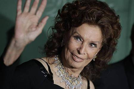Sophia Loren bei ihrer Ankunft zur Verleihung der «Green Carpet Fashion Awards». Foto: Luca Bruno/AP/dpa