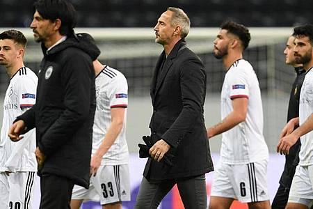 Getrübte Stimmung: Frankfurts Cheftrainer Adi Hütter (M) geht nach der 0:3-Niederlage vom Platz. Foto: Arne Dedert/dpa