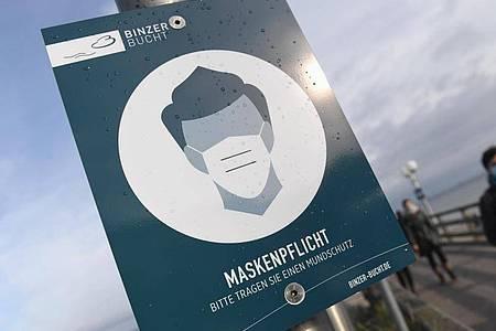 An der Seebrücke in Binz herrscht «Maskenpflicht» - wie in einigen Orten der Öffentlichkeit. Foto: Stefan Sauer/dpa-Zentralbild/dpa