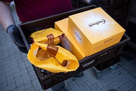 Bei der Stadtbäckerei Engelbrecht in Bremerhaven können sich Kunden die Ware auch per Paketdienst liefern lassen. Foto: Sina Schuldt/dpa