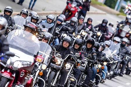 Tausende Motorradfahrer haben - wie hier mit einem Korso durch die Innenstadt von Schwerin - gegen drohende Fahrverbote demonstriert. Foto: Jens Büttner/dpa-Zentralbild/dpa