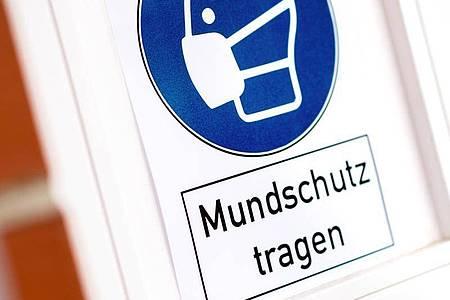 «Mundschutz tragen» lautet die Devise - denn die Zahlen der Neuinfektionen sind weiterhin hoch. Foto: Hauke-Christian Dittrich/dpa