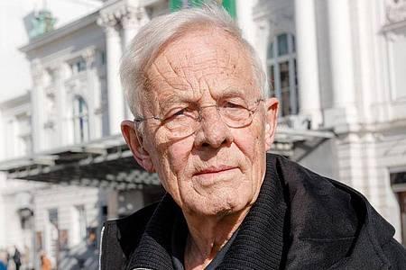 Rolf Becker vor dem Hamburger Schauspielhaus. Foto: Markus Scholz/dpa