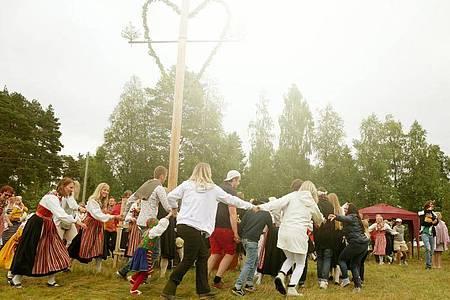 Die Mittsommer-Feierlichkeiten sehen in diesem Jahr ganz anders aus. Foto: Isabelle Modler/dpa-tmn/dpa