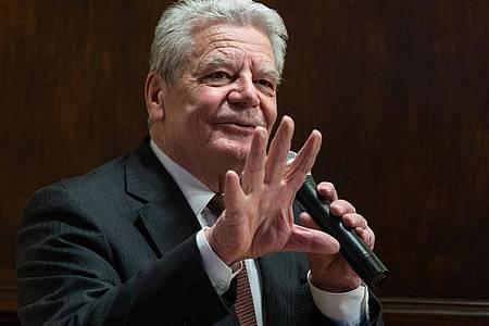 Altbundespräsident Joachim Gauck: «Ein paar Illiberale rechts wie links tun auf einmal so, als würden sie Freiheitseinschränkungen nicht ertragen.». Foto: Christophe Gateau/dpa