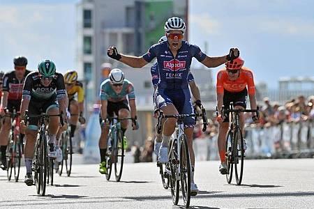 Marcel Meisen gewinnt das Rennen vor Pascal Ackermann (3.v.l.) und Alexander Krieger (verdeckt). Foto: Hendrik Schmidt/dpa-Zentralbild/dpa