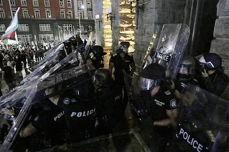Demonstranten stoßen vor dem Gebäude der Nationalversammlung mit der Polizei zusammen. Bei regierungskritischen Protesten ist es in der bulgarischen Hauptstadt Sofia zu Ausschreitungen gekommen. Foto: Valentina Petrova/AP/dpa