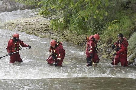 Polizisten und Feuerwehrmänner suchen im Fluss Osablaha nach einer verunglückten Frau. Foto: Jaroslav Ožana/CTK/dpa