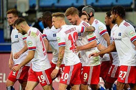 Die HSV-Spieler bejubeln den 2:1-Sieg gegen Fortuna Düsseldorf. Foto: Daniel Bockwoldt/dpa
