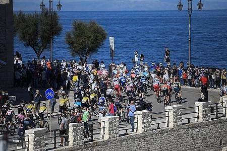Die Fahrer auf der 8. Etappe des 103. Giro d` Italia. Foto: Marco Alpozzi/LaPresse/AP/dpa