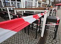 Ein geschlossenes Lokal in Warnemünde. Foto: Bernd Wüstneck/dpa-Zentralbild/dpa