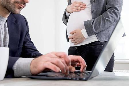 Im Arbeitsrecht gibt es keinen vorgeschriebenen Zeitpunkt, zu dem eine Arbeitnehmerin ihrem Arbeitgeber von einer Schwangerschaft berichten muss. Foto: Christin Klose/dpa-tmn